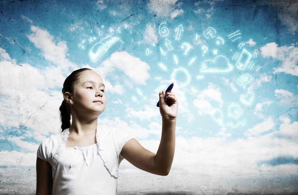 En skolflicka skriver tecken i molnen