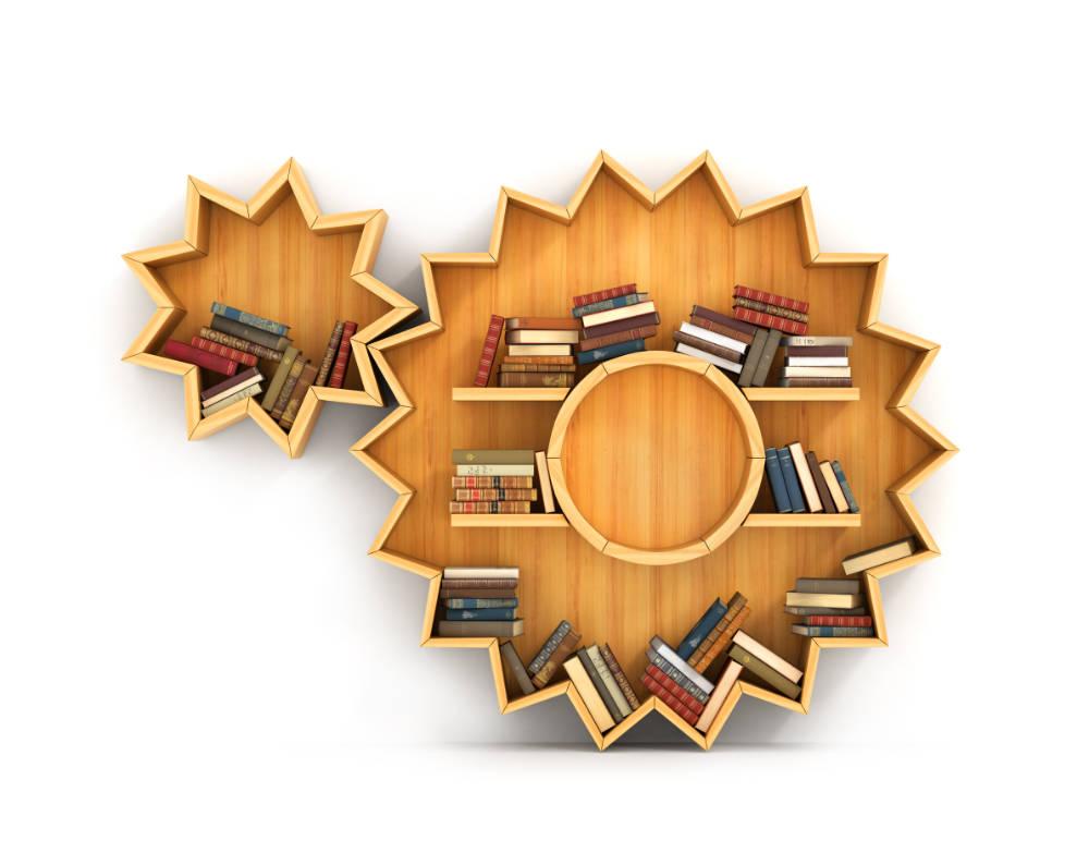 En bokhylla i trä som är formad som kugghjul som går in i varandra.