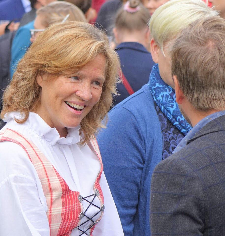 Karin Ihalainen tar emot gäster