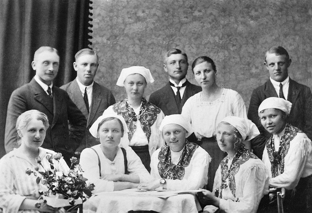 Gruppbild på Vanda ungdomsförenings styelse, med Evy Björkman framme till vänster.